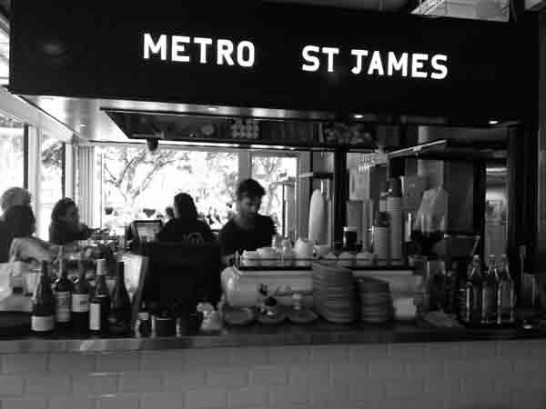 В австралийском кафе за кофе платят поцелуями