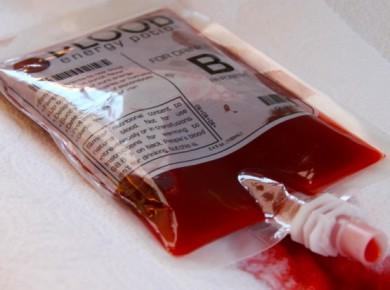 В провинции Ляонин открылась кофейня, где стены украшены гробами, а напитки подаются только в пакетах для крови