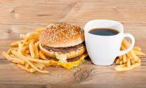 Запивать фастфуд кофе очень опасно для здоровья человека