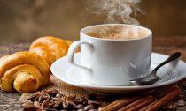 Завтрак с чашкой кофе останавливает боль после длительного сидения