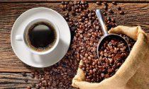 Медики рассказали, можно ли пить кофе с алкоголем