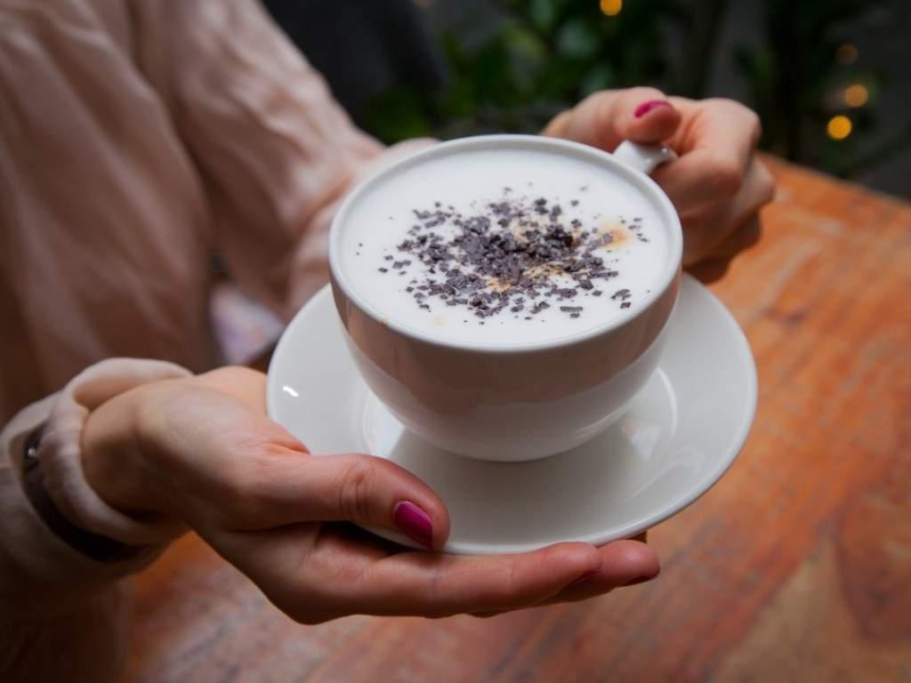 Эксперты объяснили, почему горячий кофе полезнее холодного