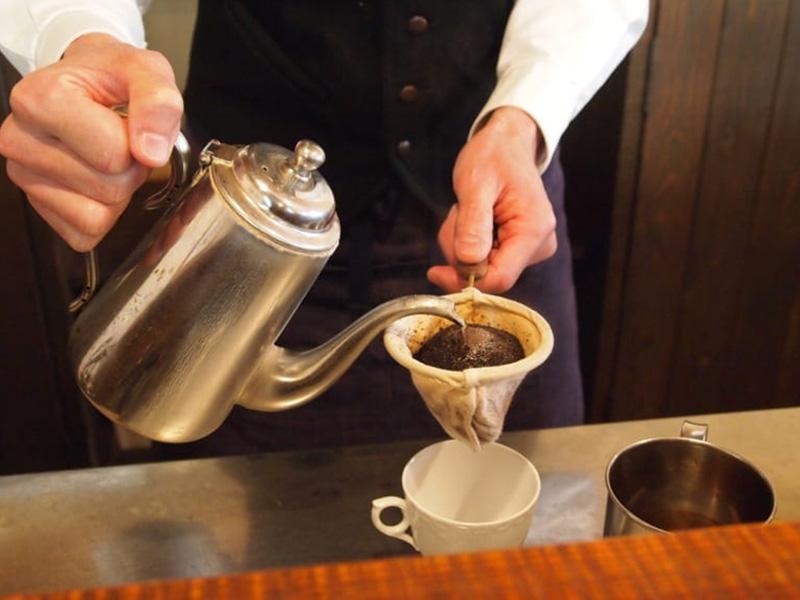 Почему чайник с длинным носиком необходим для заваривания кофе?