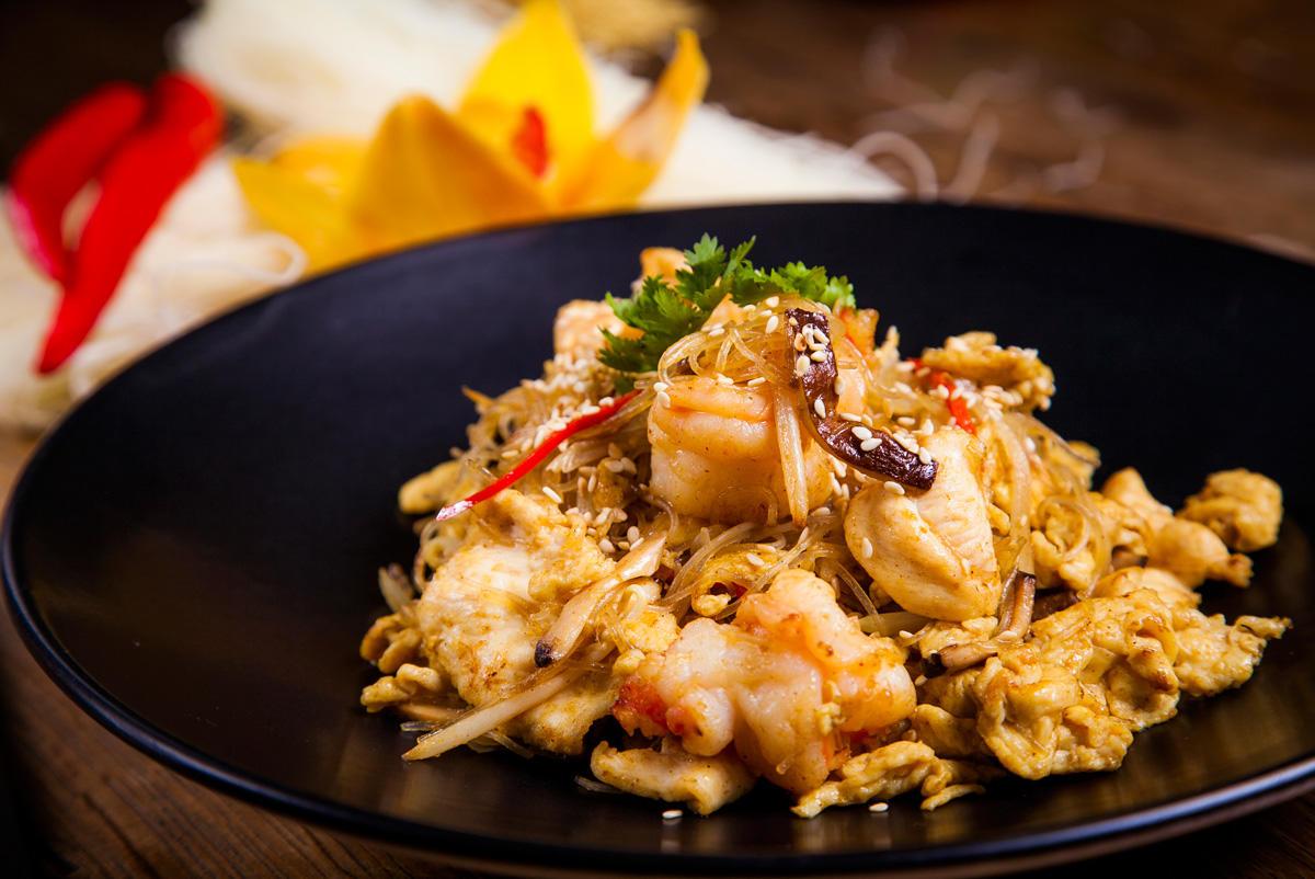 Как приготовить тайское блюдо из курицы и креветок?