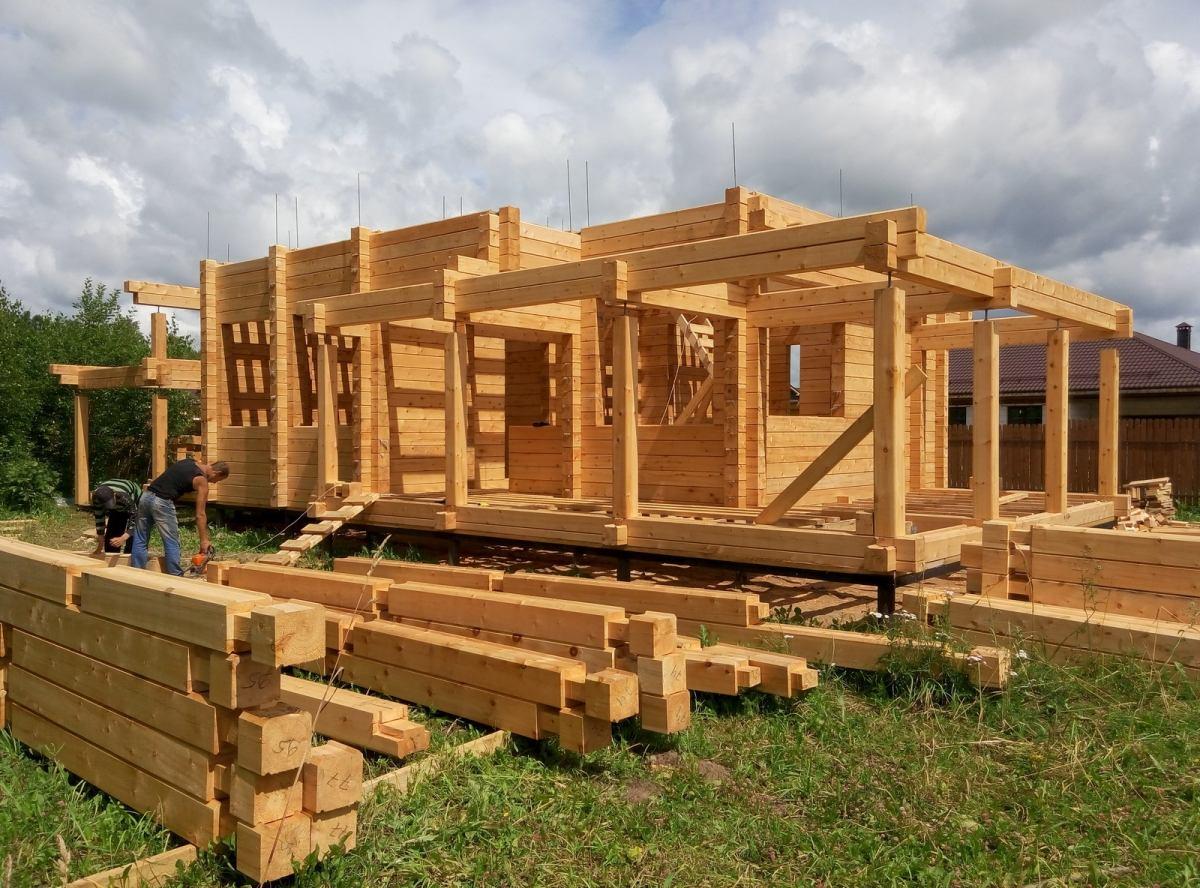 Проекты и строительство домов из клееного бруса под ключ: особенности современного материала.
