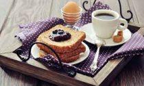 Запивать еду чаем или кофе не вредно — кофеин не мешает усвоению витаминов и минералов