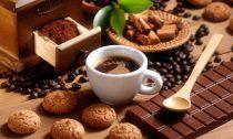 Кофе и макаруны: как правильно сочетать напиток и сладкие десерты